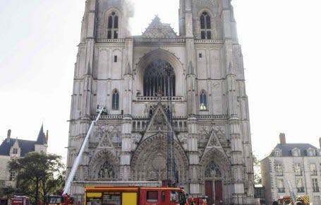 Nantes: la cathédrale incendiée